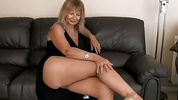 Busty hottie gives a solo show and gets her cunt fingered